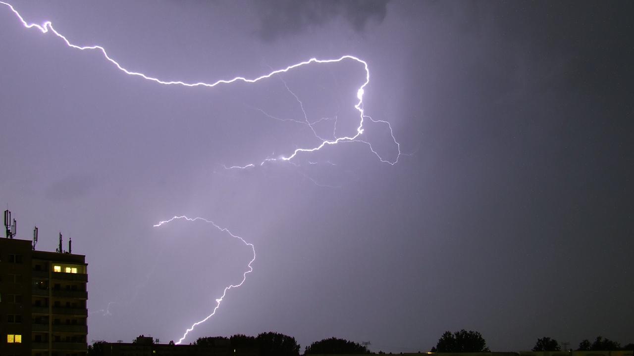 Der Blitz erzeugt auf seinem gesamten Weg Donner.